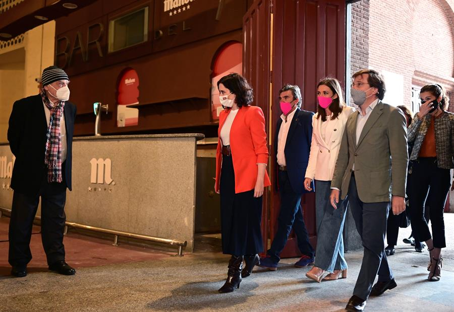 El escultor Luis Gordillo (i) recibe a la presidenta de la Comunidad de Madrid, Isabel Díaz Ayuso (c) junto con el alcalde de la capital, José Luis Martínez-Almeida (d) durante la presentación del mural realizado por Gordillo en homenaje al torero Víctor Barrio en la plaza de Las Ventas, Madrid este jueves. EFE/ Víctor Lerena