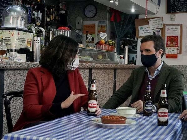 Ayuso y Casado en un bar en Móstoles. (EFE)