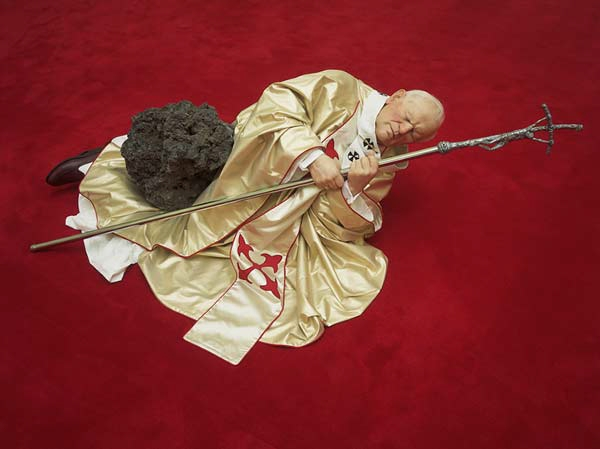 "papameteorito-MAURIZIO CATTELAN'S ""POPE STRUCK BY A METEORITE"""