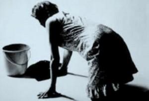 fregando-el-piso-de-rodillas