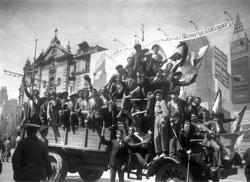 En la imagen: Manifestantes republicanos muestran su alegría en la confluencia de las madrileñas calles de Alcalá y Gran Vía, el 14 de abril de 1931. En vídeo: las imágenes de las celebraciones de la proclamación de la Segunda República, el 14 de abril de 1931. FOTO: EFE