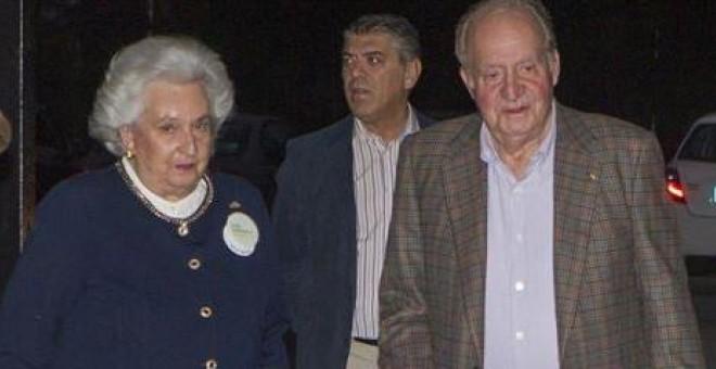 El rey emérito, Juan Carlos I, y su hermana, la infanta Pilar, en una foto del pasado noviembre en el rastrillo de Nuevo Futuro. E.P