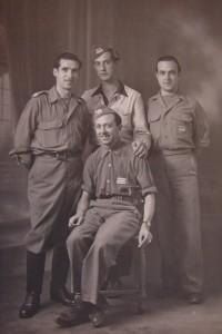De izq a dcha: Comandante Royo, Robert, desconocido, Cte. Mateo (sentado). Foto de autor anónimo cedida por Virginie Cluzel.