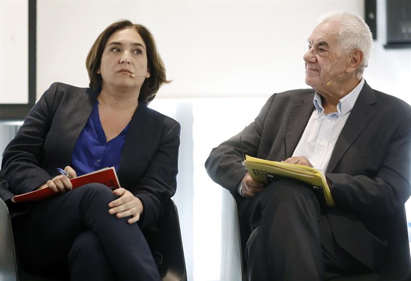 La candidata a la reelección por Barcelona en Comú, Ada Colau (i) y el candidato por ERC, Ernest Maragall, en un debate electoral organizado por la PAH. EFE/ Andreu Dalmau