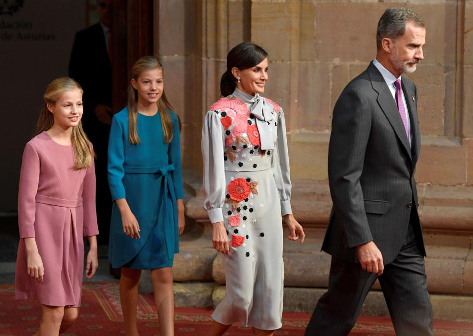 Los reyes Felipe VI y Letizia, con la princesa Leonor y la infanta Sofía, en los actos previos de la entrega de los Premios Princesa de Asturias, en Ovieo. REUTERS