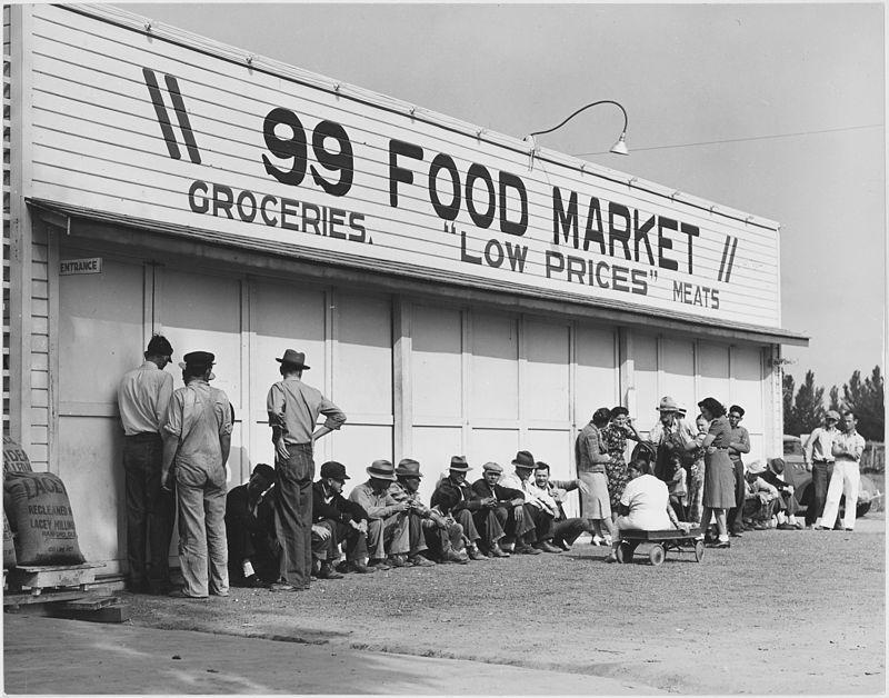 Cola de gente en California esperando para recibir comida de los servicios asistenciales.