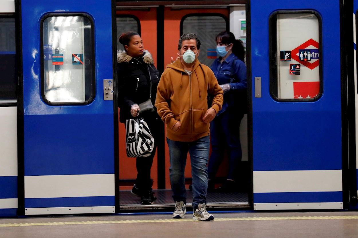 Gente con mascarillas en el metro de la estación de Atocha, Madrid. EFE/Chema Moya