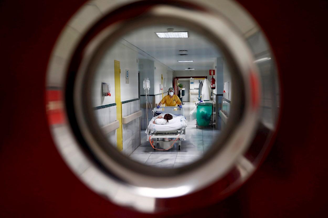 Una sanitaria traslada a un paciente en el Hospital Gregorio Marañón de Madrid. EFE
