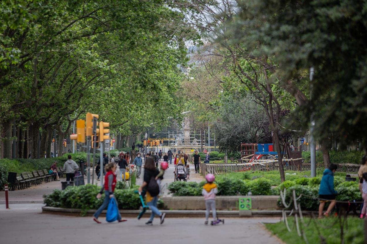 Varios niños pasean con sus padres en un parque en Barcelona. E.P./David Zorrakino
