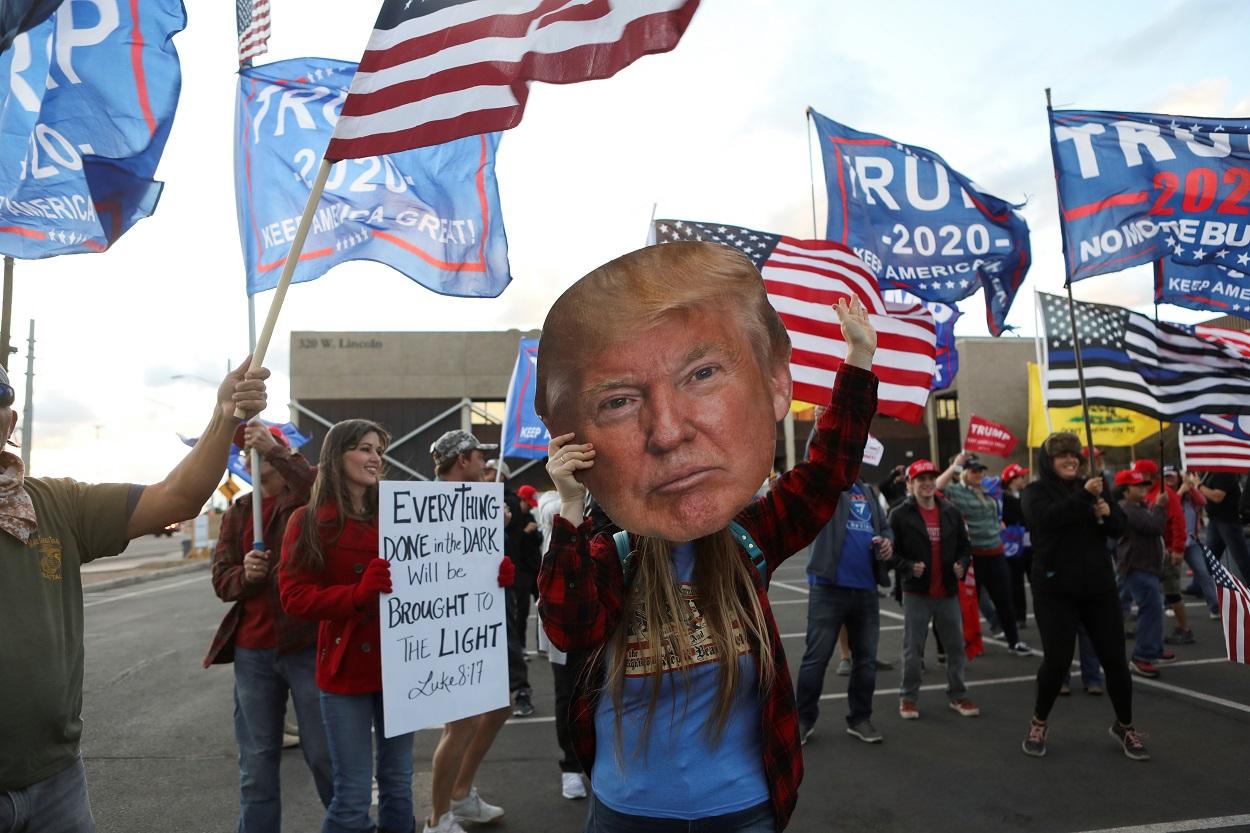 Seguidores de Donald Trump se manifiestan en Phoenix (Arizona) durante el escrutinio de los votos de las elecciones presidenciales que han dado la victoria al candidato demócrata, Jose Biden. REUTERS/Jim Urquhart