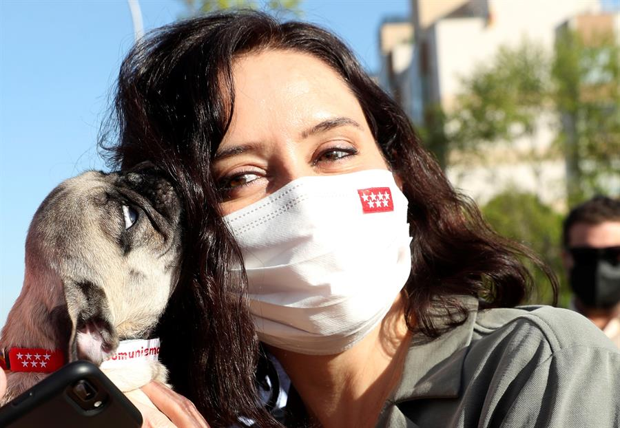 La presidenta de la Comunidad de Madrid y candidata del PP a la reelección, Isabel Díaz Ayuso, durante una visita el barrio de Sanchinarro este miércoles en Madrid. EFE/Kiko Huesca