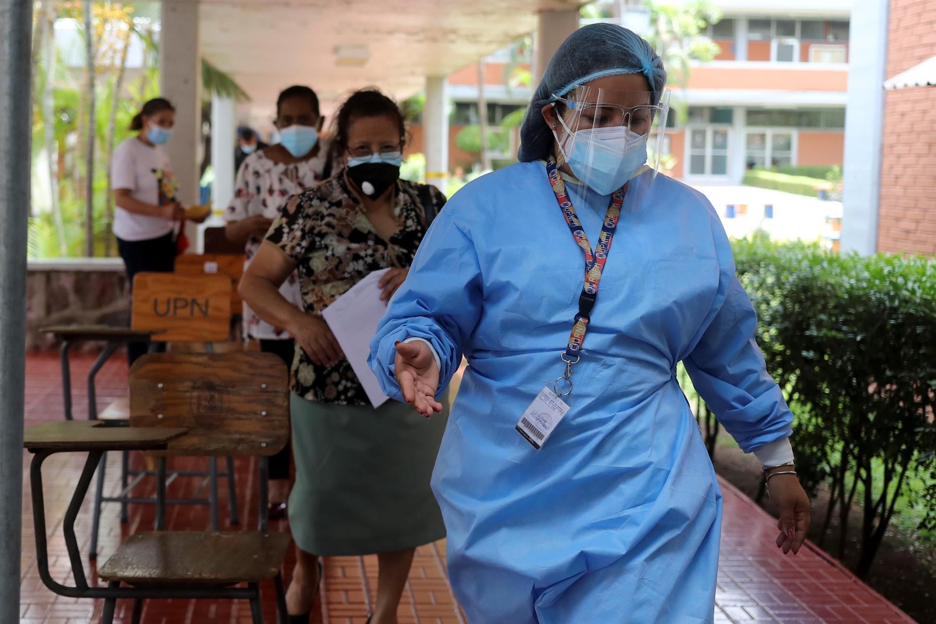 Una mujer afiliada al IHSS acude a vacunarse contra el coronavirus este martes, en Tegucigalpa (Honduras).- EFE