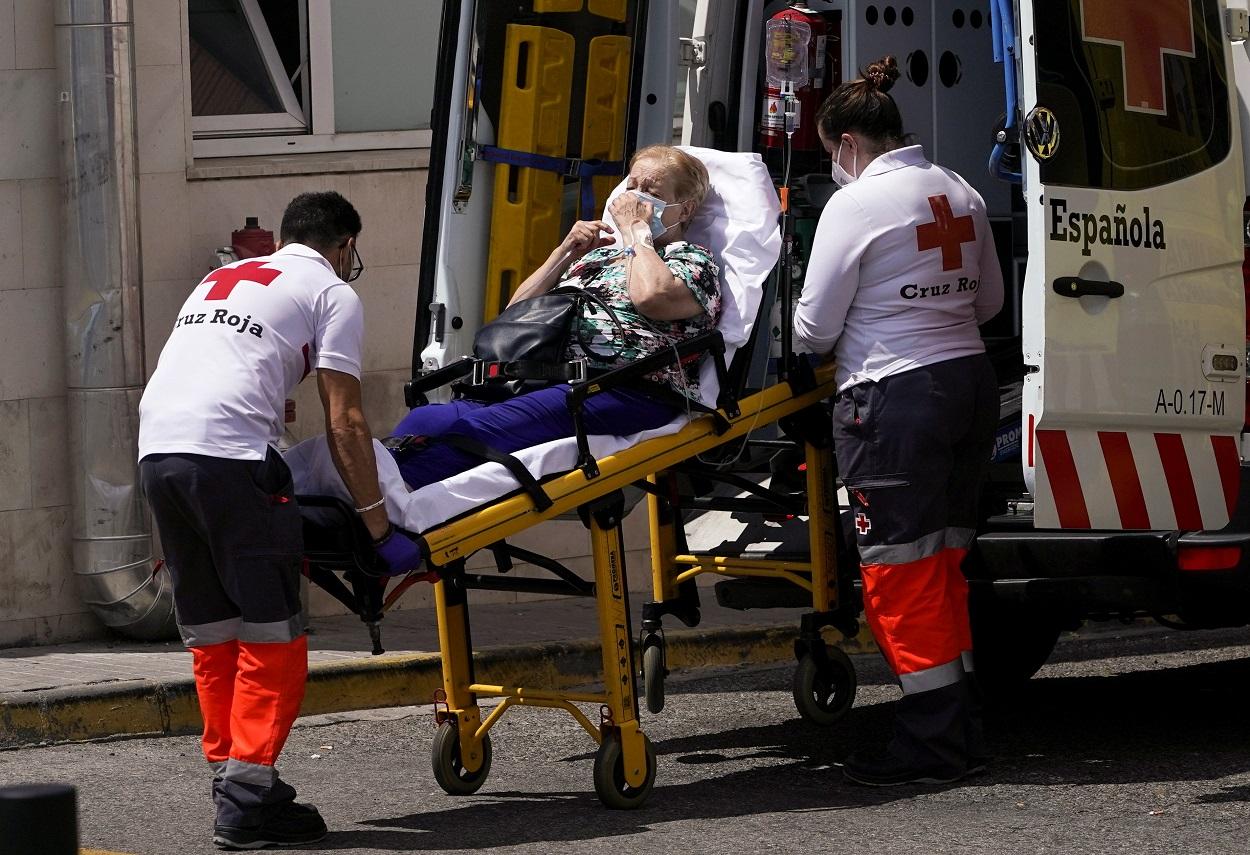 Una ambulancia de la Cruz Roja lleva una mujer a urgencias del Hospital 12 de Octubre, en Madrd. REUTERS/Juan Medina