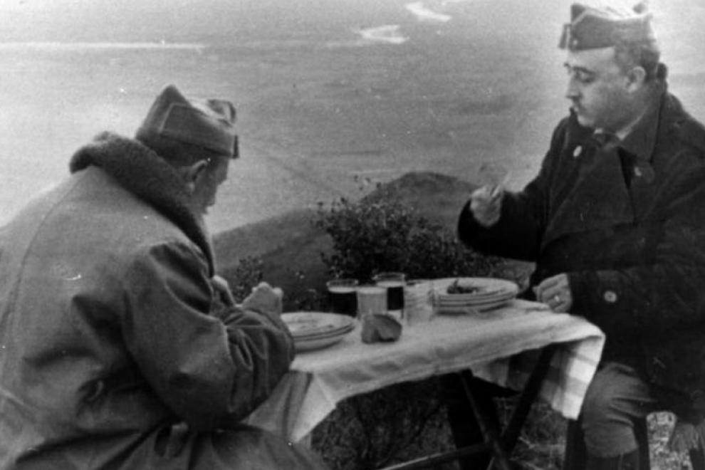 Imagen de archivo de Franco almorzando con el general Dávila durante la Guerra Civil. — EFE