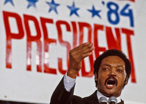 Jesse Jackson interviene en un acto durante las primarias presidenciales del Partido Demócrata, en 1984.